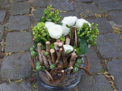 atelier d 39 art floral composition avec bois et renoncules des fleurs plein la t te. Black Bedroom Furniture Sets. Home Design Ideas